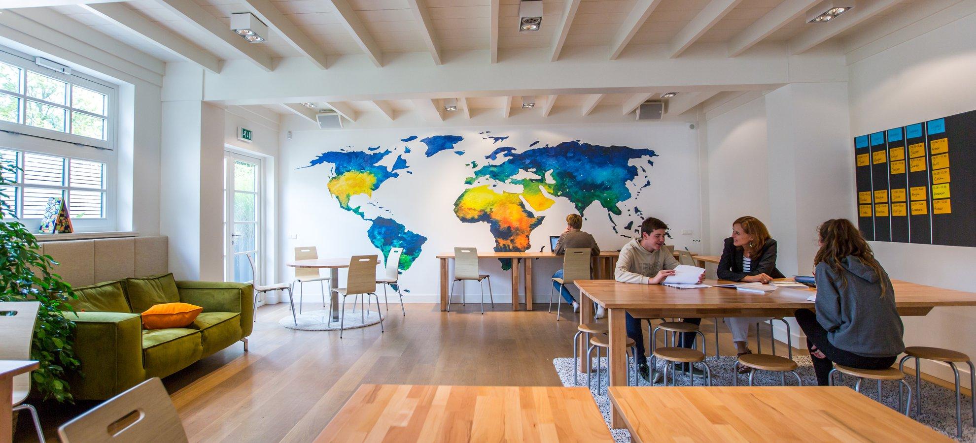 wereldkaart-behang-in school